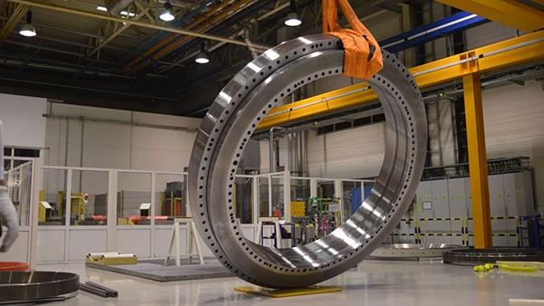 Se produce cel mai greu rulment din Schaeffler România, cu 10,5 tone.